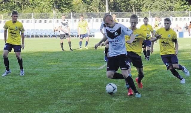 Piłkarze koronowskiej Victorii (żółte stroje) w czterech meczach strzelili 8 goli, stracili 5. W niedzielnym spotkaniu z Falą Świekatowo padł remis 1:1