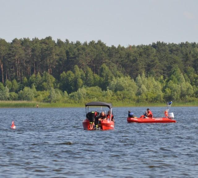 W sobotnie popołudnie wędkarz na terenie cieszanowickiego zbiornika wyskoczył z łódki by odczepić zaczepioną żyłkę. Nie wypłynął. Mężczyzna prawdopodobnie utonął. Poszukiwania ciała 38-latka z wykorzystaniem sonaru i grupy płetwonurków cały czas trwają. Odnaleziono ciało 34-latka, który w niedzielę wypoczywając nad Zalewem Sulejowskim podjął próbę przepłynięcia wpław na drugi brzeg.CZYTAJ WIĘCEJ >>>>...