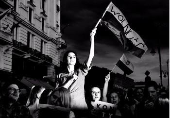 Adam Lach (Napo Images) wygrał Ogólnopolski Konkurs Fotografii Prasowej Grand Press Photo 2018. Zwycięskie zdjęcie przedstawia uczestników protestów zorganizowanych przeciwko reformom polskiego sądownictwa. Powstało 24 lipca 2017 roku w trakcie demonstracji, tzw. łańcucha światła, przed siedzibą Sądu Najwyższego w Warszawie.