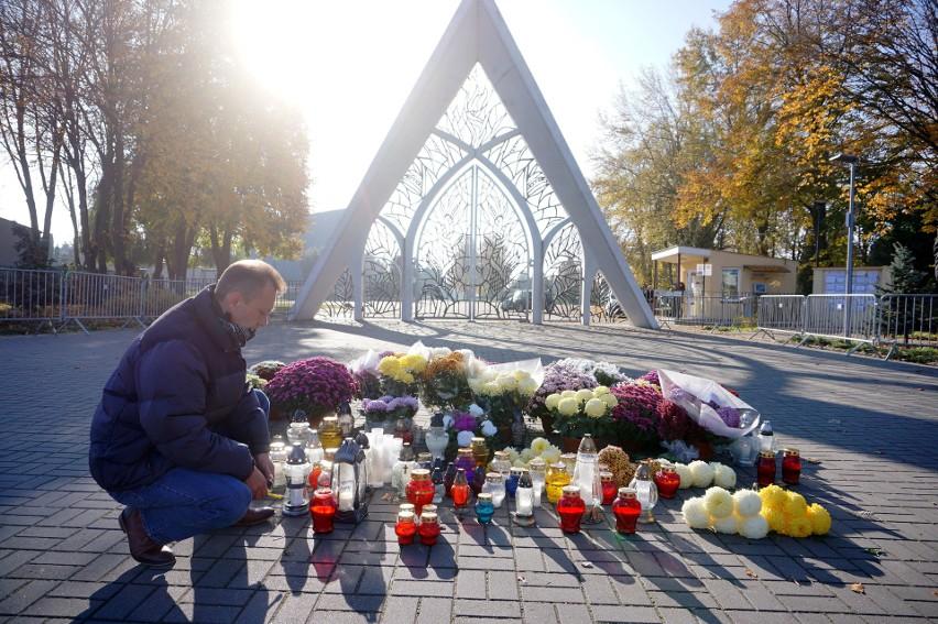 Takiego 1 listopada nigdy nie było. Zamknięte cmentarze i brak tłumów. Fotorelacja