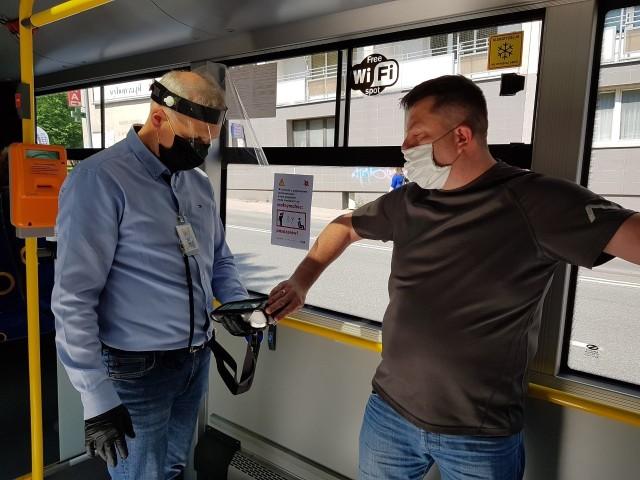 Wróciły kontrole biletów w autobusach i tramwajachZobacz kolejne zdjęcia. Przesuwaj zdjęcia w prawo - naciśnij strzałkę lub przycisk NASTĘPNE
