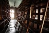 Wielka i mroczna biblioteka bez książek. Nikt nie chciał jej kupić. Co tam teraz będzie? (ZDJĘCIA)