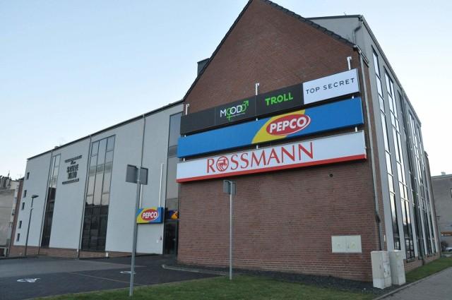 Nowe sklepy w dawnym kinie w OleśnieNowe Stare Kino w Oleśnie.