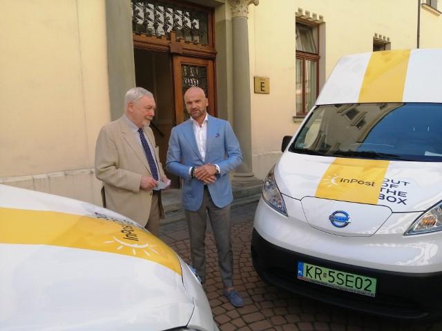 Prezydent Jacek Majchrowski i prezes InPostu Rafał Brzoska podczas prezentacji elektrycznej floty InPostu