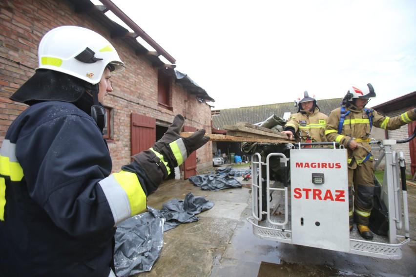 Tornado w Koniecpolu: 150 budynków uszkodzonych, wojewoda...