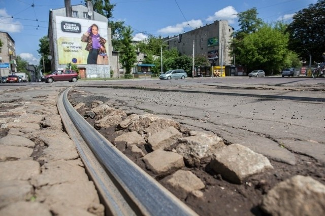 Wyrwy w asfalcie i krzywe szyny niszczą zawieszenia aut na skrzyżowaniu ul. Franciszkańskiej z ul. Wojska Polskiego.