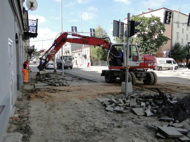 Kończą się prace na początkowym odcinku ulicy 25 Czerwca w Radomiu. W poniedziałek zacznie się układanie asfaltu od ronda Mikołajczyka w górę ulicy 25 Czerwca do skrzyżowania z ulicą Waryńskiego. - Przez cały poniedziałek 31 sierpnia, aż do godziny 17.00 nie będzie można skorzystać z przejścia tym odcinkiem - przestrzegają mieszkańców kamienic pracownicy firmy remontowo-budowlanej. W piątek zawisły przy wejściach do domów stosowne ogłoszenia. Zamkniecie tego odcinka, to ważna wiadomość dla mieszkańców, a także właścicieli sklepów znajdujących się przy tej ulicy. W piątek kończyły się ostatnie prace porządkowe na wysokości ulicy Waryńskiego, a budowlane roboty stopniowo przesuwają się dalej, w kierunku ulicy Sienkiewicza. Jest wymieniana cała podziemna infrastruktura, są zakładane nowe rury wodociągowe, kanalizacyjne. Roboty związane z wymiana rur rozpoczęły się jeszcze w maju. To prace realizowane przez Wodociągi Miejskie. Inwestycja jest dwuczęściowa i obejmuje nie tylko ulicę 25 Czerwca, ale i sąsiednie ulice w centrum miasta. Jak obecnie przebiegają prace? Zobaczcie na kolejnych zdjęciach.