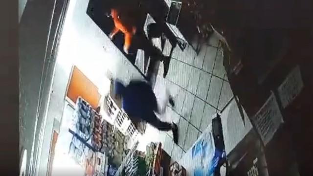 Włamywacze wpadli w ręce policji, gdy starszy tuż po kradzieży postanowił zrobić normalne zakupy. Rozpoznał go właściciel i zatrzymał.