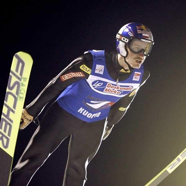 Adam Małysz jest w znakomitej formie i w każdym konkursie odrabia straty do Andersa Jacobsena.