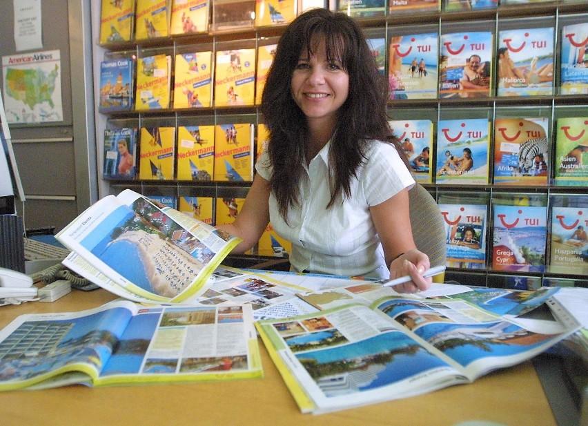 """Martę Bielę ze szczecińskiego biura turystyki """"Oltour"""" klienci codziennie pytają o oferty last minute. Ale na lipiec nie ma już wolnych miejsc, a na sierpień zostały tylko pojedyncze."""