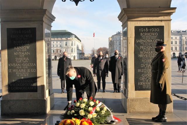 Poznańska delegacja tradycyjnie złożyła kwiaty przed Grobem Nieznanego Żołnierza i na grobach powstańców wielkopolskich na Powązkach.