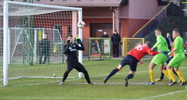 Michał Bedronka (w czerwonej koszulce) strzela drugą bramkę dla Podhala. W derbach Małopolski III ligi piłkarskiej, rozegranych w Trzebini, miejscowy MKS przegrał z Podhalem Nowy Targ 1:4.