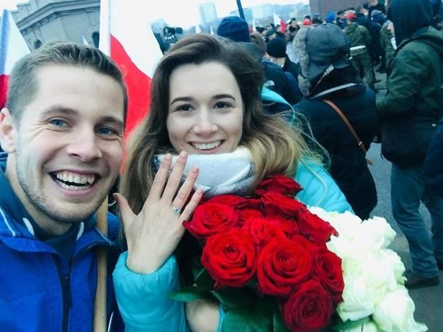 Mateusz Koszela oświadczył się  Anecie na Maarszu Niepodległości w Warszawie