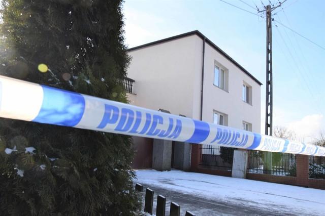 Chłopcy w wieku 3 i 5 lat z miejscowości Turzany (w gminie Inowrocław) ponieśli śmierć na skutek zadanych ran kłutych - tak najogólniej wynika z sekcji zwłok, jaka została przeprowadzona w sobotę (6 lutego 2021 r.). Zabezpieczono nóż, którym najprawdopodobniej zostały zabite dzieci. Matka chłopców przebywa w szpitalu, stan zdrowia kobiety nie pozwala na jej przesłuchanie.Szczegóły na kolejnych stronach ---->
