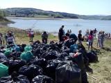 Stryszów. Mieszkańcy zawstydzili urzędników i sami posprzątali brzegi jeziora