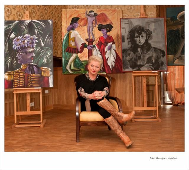 Hanna Bakuła w czasie wystawy swoich obrazów w Muzeum Ziemi Prudnickiej