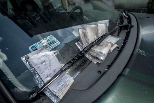 Plik wezwań do zapłaty nie robi wrażenia na właścicielu tego samochodu.