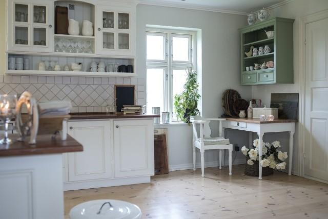 Planujesz urządzić kuchnie na poddaszu? Chcesz, aby było praktycznie i stylowo? Zainspiruj się pomysłami innych! Sprawdź w naszej galerii 20 inspiracji na urządzenie kuchni na poddaszu.