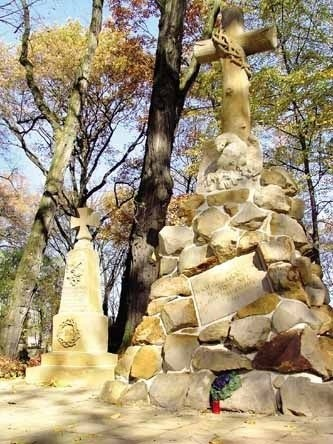 Pomnik poległych Powstańców Styczniowych z 1903 roku - autorstwa Andrzej Lenika, według projektu Napoleona Nawarskiego. Ma kształt kamiennego kopca zwieńczonego krzyżem z cierniową koroną i orłem. Przy nim przez lata odbywały się uroczystości patriotyczno-religijne.