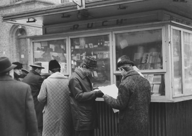 """Grudzień 1967 rok. Ludzie przed kioskiem z pierwszym wydaniem """"Nowości""""."""