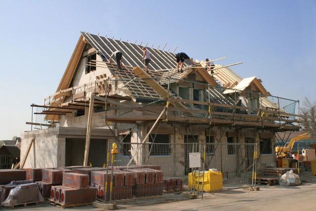 Od 19 września 2020 r. projekt budowlany składa się z trzech części. Dwie z nich inwestor musi złożyć w urzędzie podczas uzyskiwania pozwolenia na budowę – są to projekt architektoniczno-budowlany (m.in. układ budynku, planowane rozwiązania techniczne) oraz projekt zagospodarowania działki lub terenu. Część trzecią, czyli projekt techniczny (m.in. opis konstrukcji i instalacji), składa się dopiero po zakończeniu robót na budowie.Zobacz kolejne przepisy, które ulegają zmianie. Przesuwaj zdjęcia w prawo - naciśnij strzałkę lub przycisk NASTĘPNE