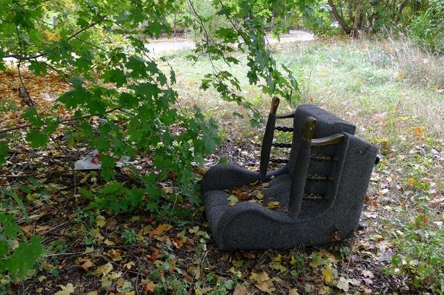 Działka przy ul. Młynowej wygląda tak, jak opisywała Czytelniczka. Jest tam stary fotel i sporo śmieci.