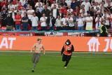To piosenkarz Adam Harison zakłócił finał Euro. Wbiegł na murawę i długo uciekał stewardom [WIDEO]