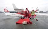 Święty Mikołaj przyleciał na łódzkie lotnisko! Miał ze sobą prezenty ZDJĘCIA