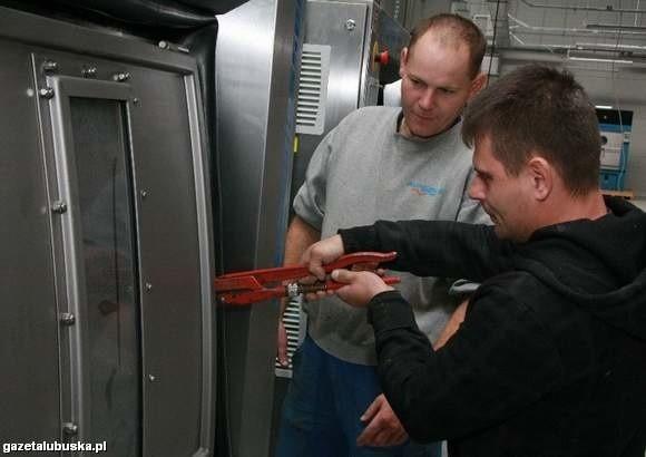 Albert Wajske i Przemysław Jopek pracują przy montowaniu pralek w nowym zakładzie. Zaznacza, że to bardzo nowoczesne urządzenia ((fot. Dariusz Brożek)