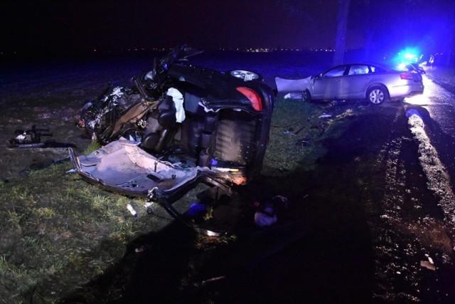 To był tragiczny weekend na wielkopolskich drogach. W wypadku na trasie Wojnowice - Buk doszło do wypadku, w którym zginęła 37-letnia kobieta, a trzy inne osoby (w tym trzyletnie dziecko) zostali ranni. Zobacz więcej zdjęć ---->