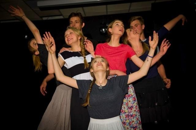 Młodzież w teatrze Antoniny Sokołowskiej poznaje przede wszystkim podstawowe zadania aktorskie, pracuje nad dykcją, interpretacją tekstu. Ale Klaps dla wielu z nich to także drugi dom.