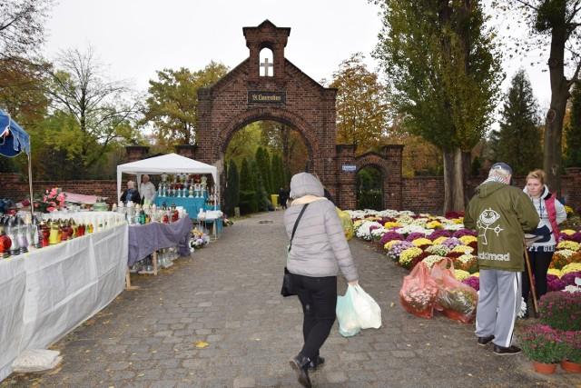 Na cmentarzu przy ul. Bujwida nie ma tłumów