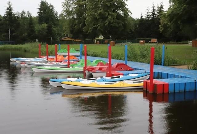 Wypoczywający nad zalewem w Zwoleniu mogą wypożyczyć kajaki i rowery wodne.