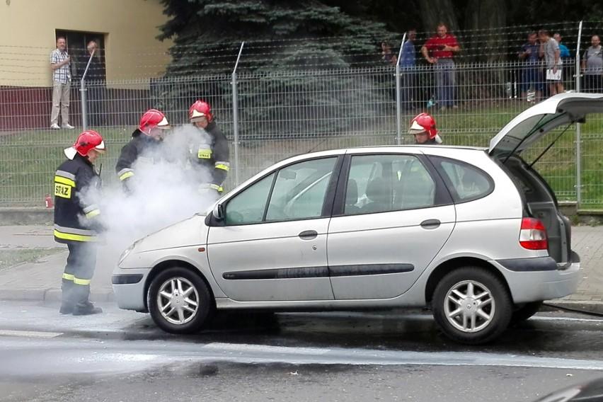 Pożar samochodu na al. Racławickich w Lublinie. Zapaliła się komora silnika (ZDJĘCIA, WIDEO)