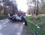 Wypadek na DK63. Kierująca oplem straciła panowanie nad pojazdem. Samochód dachował
