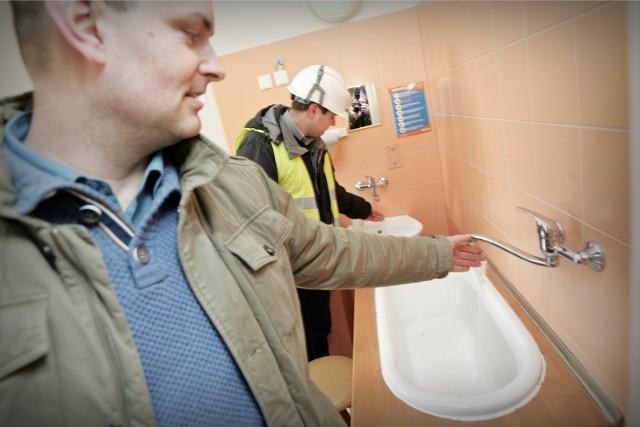 Inspektor robót budowlanych Wojciech Socha oraz inżynier budowy firmy wykonującej remont w szpitalu Przemysław Pietrowski sprawdzili, jaka woda płynie we wszystkich  kranach na pediatrii