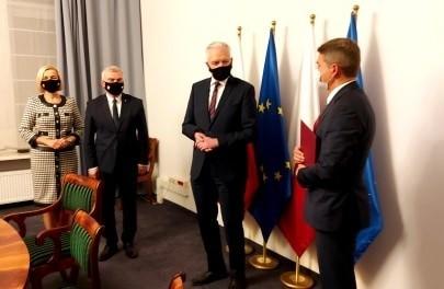 Od lewej: wicemarszałek Renata Janik, marszałek Andrzej Bętkowski, wicepremier Jarosław Gowin i prezes Głównego Urzędu Miar Jacek Semaniak