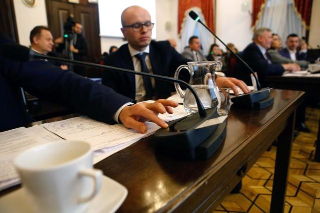 """Radni w środę zgodzili się na podwyżkę opłat za śmieci w Rzeszowie. 15 radnych było """"za"""", 8 """"przeciw"""" a 1 wstrzymał się od głosu."""