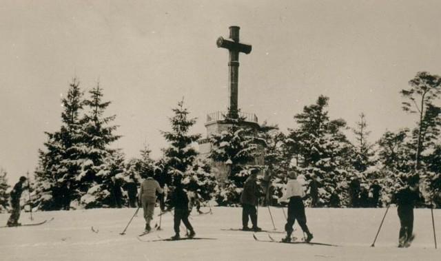 Krzyż z Góry Chełmskiej w zimowej scenerii. Przed wojną był to miejsce, w który zbierali się koszalinianie lubiący aktywny wypoczynek, w tym także miłośnicy nart (lata 20).