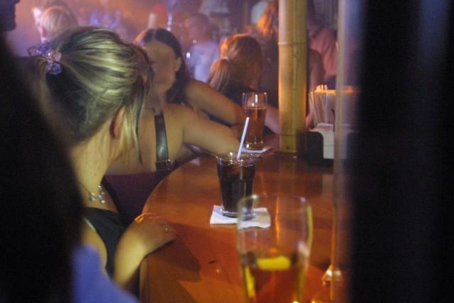 Ze statystyk wynika, że nie tylko więcej kupujemy alkoholu w sklepach, ale także chętniej pijemy trunki w knajpach. Jeszcze siedem lat temu na piwo w pubach i lokalach wydawaliśmy prawie 15 mln zł, w 2003 roku ponad trzy miliony więcej.