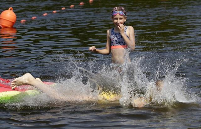 Plaża nad jeziorem w Tarpnie w Grudziądzu cieszy się coraz większą popularnością. Ratownicy WOPR dbają o bezpieczeństwo kąpiących się