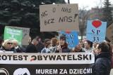 Protest rodziców przeciwko likwidacji szkoły w Bytomiu pod hasłem: Damian B. ogarnij się ZDJĘCIA