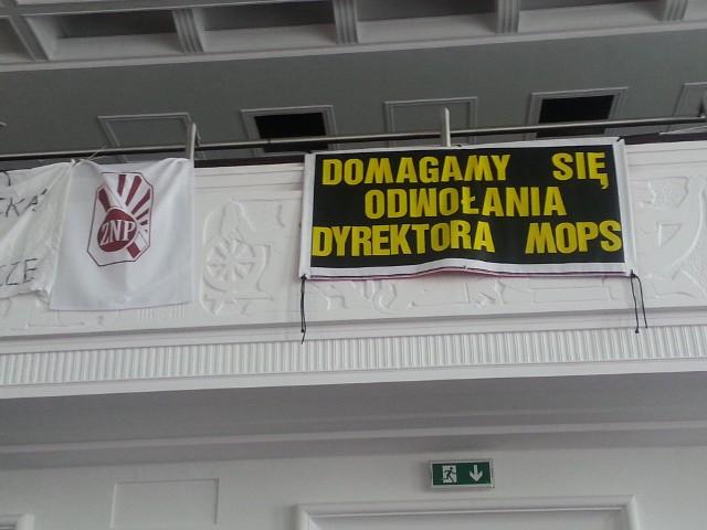 Protest pracowników pieczy zastępczej MOPS podczas sesji Rady Miejskiej w Łodzi.