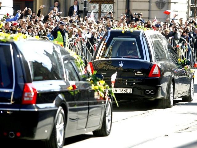 Kondukt z trumnami pary prezydenckiejUlicami Krakowa przejechal kondukt z trumnami pary prezydenckiej.