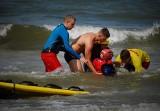 Popłynęli na pomoc tonącym. Pokazy ratownictwa na plaży w Mielnie [ZDJĘCIA]
