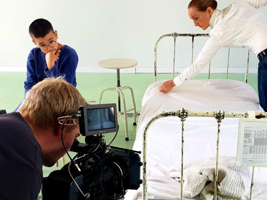 """""""Oskar i pani Róża"""" to opowieść o śmiertelnie chorym chłopcu i jego przyjaźni z wolontariuszką, panią Różą/ fot. materiały prasowe"""