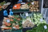 Pietruszka tańsza o 75 procent. Świeże ceny z targowiska przy ul. Owocowej w Zielonej Górze. Rolnicy: To najlepszy czas na kupowanie warzyw