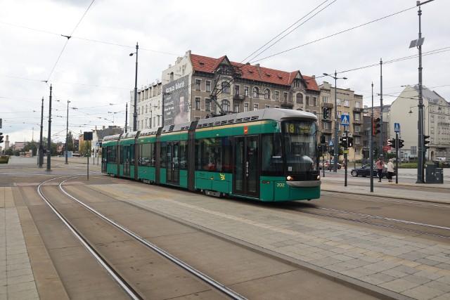 Sprowadzone z Helsinek dwa zielone tramwaje marki Variotram we wtorek wyjechały na łódzkie ulice. Pojawiły się na linii 18, na której MPK postanowiło przetestować ich przydatność do służby w naszym mieście. Testy mają potrwać osiem miesięcy, ale już pierwszego dnia okazało się, że nie wypadły one jakoś szczególnie dobrze. Jeden z dwóch wagonów po południu zjechał do zajezdni, bo pojawiła się usterka napędu. Trzeba go było zastąpić innym składem. Drugi Variotram wciąż jeździ. W piątek można było go spotkać na 18, a w sobotę będzie jeździł na linii 10.CZYTAJ WIĘCEJ NA NASTĘPNEJ STRONIE