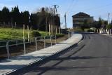 Droga przez Janowice z chodnikiem i nowym asfaltem. Wkrótce koniec prac [ZDJĘCIA]