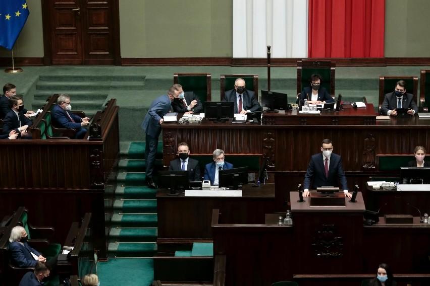 """Sejm debatuje nad Krajowym Planem Odbudowy. """"Kto głosuje za..."""